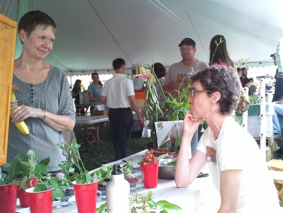 Swapping foraging stories with a foodcon attendee